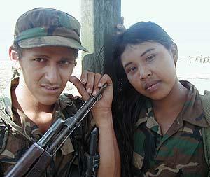 Una pareja de adolescentes en un campamento de la guerrilla colombiana. (Foto: Salud Hernández)