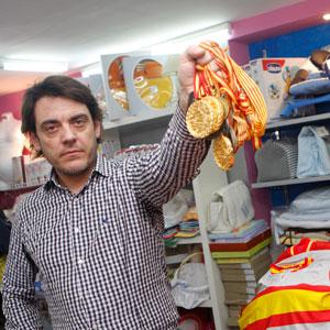 Jaume Tomás con las medallas que se ve obligado a vender. (Foto: Jordi Avellà)