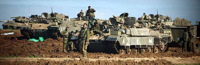 Soldados y tanques israelíes en la frontera entre Israel y Gaza. (Foto: AFP)