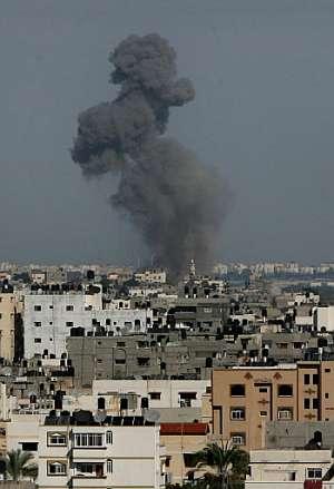 Una columna de humo tras un bombardeo sobre Gaza. (Foto: AFP)