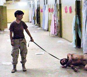 Lynndie England, en una de las famosas imágenes en Abu Ghraib. (Foto: AP)