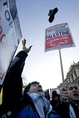 Un hombre lanza en Londres un zapato contra Downing Street 10. (Foto: AFP)