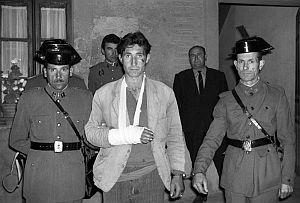 Fotografía el 14 de junio de 1966 de 'El Lute', detenido por la Guardia Civil tras su fuga de un tren en marcha. (Foto: EFE)