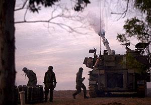 Un tanque de Israel abriendo fuego contra el territorio de Gaza. (Foto: EFE)