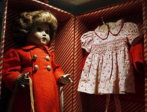 Una muñeca Mariquita Pérez con sus vestidos y su baúl de viaje. (Foto: EFE)
