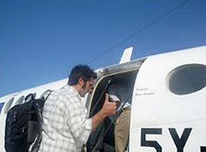 CEndón sube a un avión en Somalia con rumbo a Kenia tras ser liberado. (Foto: EFE)