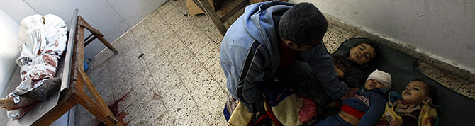 Un palestino llora la muerte de sus tres hijos en los ataques. (Foto: AFP) MÁS IMÁGENES