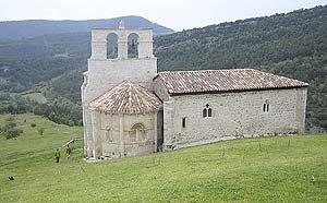 Sobre la Peña Colorada se alza una pequeña ermita románica dedicada a San Pantaleón desde la que se divisa todo el Valle de Losa. (Foto: elmundo.es)