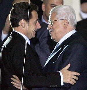 Abu Mazen da la bienvenida a Sarkozy a su llegada a Ramala, en Cisjordania. (Foto: AFP)