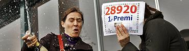 Las loteras celebran el primer premio. (EFE) MÁS FOTOS