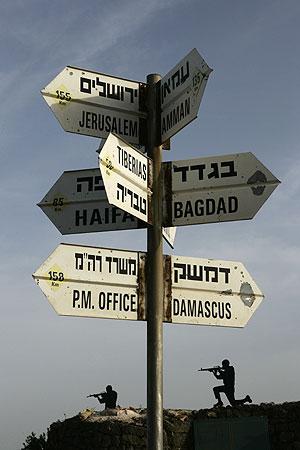 Un cartel en los Altos del Golán, que indica las distintas direcciones desde el lugar. (Foto: REUTERS)