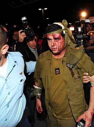 Uno de los soldados israelíes herido es llevado al hospital. (Foto: AFP)