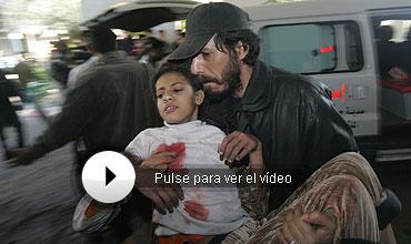 Un hombre traslada a una niña al hospital. Más fotos. (AP)