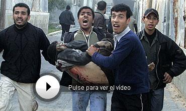 Un hombre traslada a uno de los heridos. Más fotos