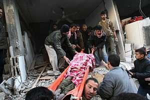 Varios palestinos retiran de los escombros el cadáver de un hombre tras un bombardeo israelí en Gaza. (Foto: AFP)