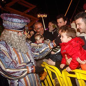 Los niños reciben a los Reyes Magos (Foto: Jordi Avellà).