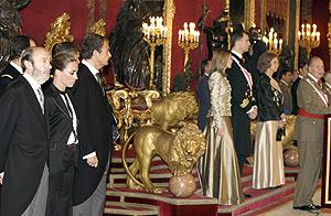 El rey, durante su discurso. A la izquierda, Rubalcaba, Chacón y Zapatero. (Foto: EFE)