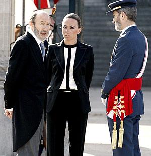 Rubalcaba junto a Chacón y el jefe del Estado Mayor de la Defensa, José Julio Rodríguez, ayer, en la Pascua Militar. (Foto: EFE)