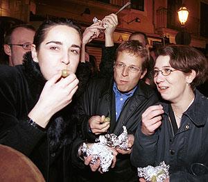 Un grupode personas se comen las uvas en Cort (Foto: El Mundo).