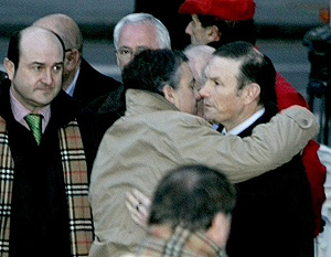 Urkullu saluda a Ibarretxe, a su llegada al juicio. (Fotos: Carlos García   Iñaki Andrés)