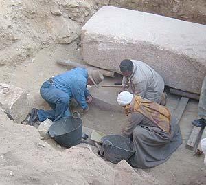 Excavación de la tumba. (Foto: EFE)