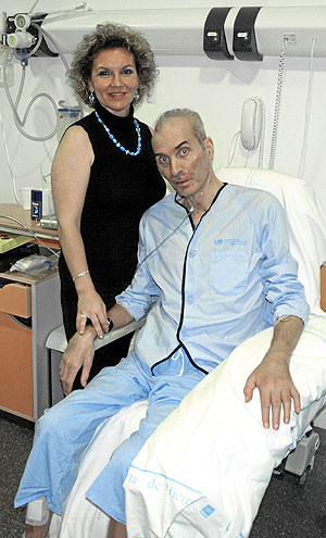 El profesor Neira, en el hospital, junto a su esposa. (Foto: Pedro Blasco)