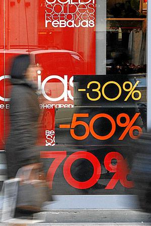 Una mujer transita junto a una boutique en rebajas. (Foto: José Cuéllar)