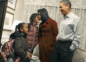 Michelle y Barack Obama se despiden de sus hijas en su primer día de colegio. (Foto: AFP)