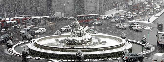 La intensa nevada ha dificultado el tráfico en la capital. (Foto: Alberto di Lolli) MÁS IMÁGENES