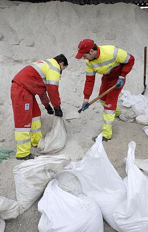 Trabajadores de SELUR llenan sacos de sal para paliar los efectos de la nevada. (Foto: Bernardo Díaz)