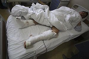 El hombre atacado por el oso, en un hospital de Beijing. (Foto: AP)