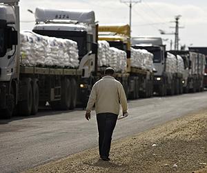 Camiones son ayuda alimentaria se dirigen a la frontera con Gaza. (Foto: AP)