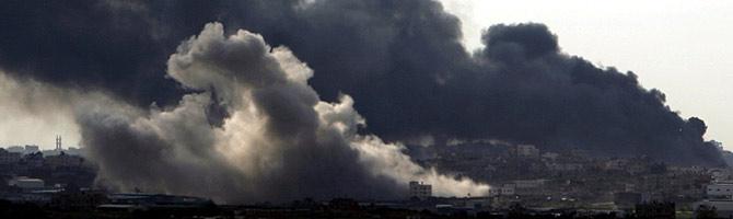 Humo producido por el fuego de artillería israelí en la Franja de Gaza, visto desde la frontera con Israel. (Foto: AFP)