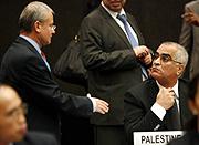 El representante israelí saluda a su homólogo palestino en el Consejo de Derechos Humanos, en Ginebra. (Foto: AFP)