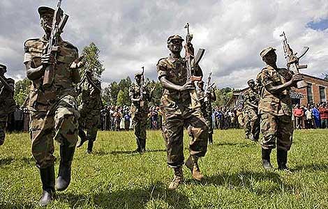 Soldados rebeldes presentando armas. (Foto: REUTERS)