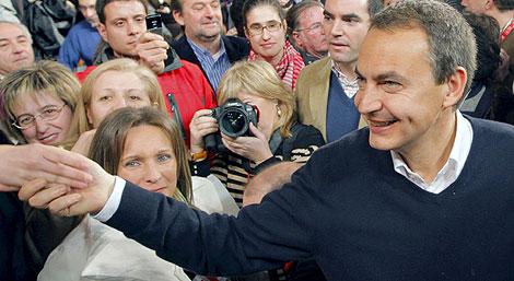 Zapatero, antes de comenzar el mitin en Ourense. (Foto: EFE)