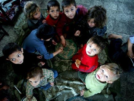 Niños palestinos que abandonaron sus casas durante la ofensiva israelí, en una escuela de Naciones Unidas en el campo de refugiados de Yabalia (Franja de Gaza). (Foto: EFE)