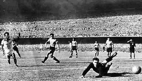Friaça, a la izquierda en la imagen, anota el 1-0 ante Uruguay en Maracaná.