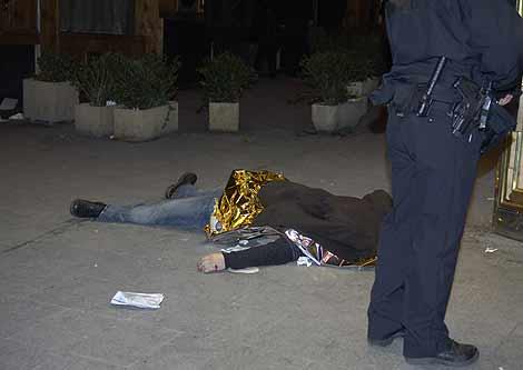 El portero de la discoteca Heaven, tapado en la puerta de la discoteca. (Foto: Paco Toledo)