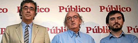 Ignacio Escolar (derecha), junto a Jaume Roures y Tatxo Benet, responsables de Mediapro, el día de la presentación de 'Público'. (Foto: S. González)