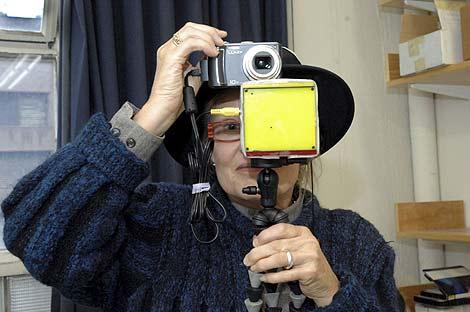 La científica estadounidense Elizabeth Goldring probando su invento. (Foto: EFE)