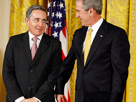 George W. Bush hace un gesto de complicidad con el presidente de Colombia, Álvaro Uribe, en la Casa Blanca. (Foto: AP)
