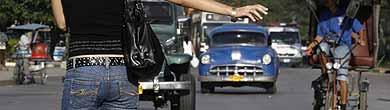Una mujer hace 'autostop' en La Habana. (Foto: Reuters)