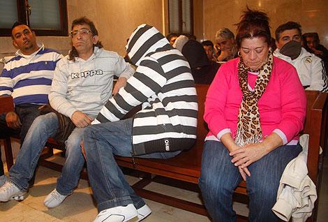 La Paca cabizbaja en el banquillo de los acusados (Foto: Jordi Avellà).
