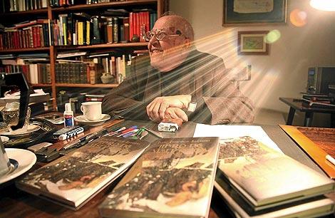 El autor abulense en su casa de Alcazarén (Valladolid). (Foto: Ical)