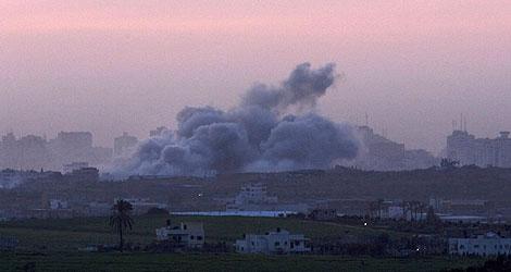 Un ataque aéreo israelí en Gaza, visto desde la frontera. (Foto: AP)