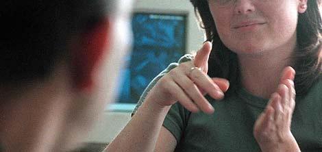 Una mujer hablando lengua de signos española. (Foto: elmundo)