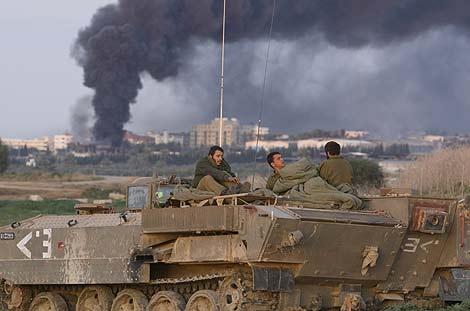 Soldados israelíes en un tanque cerca de la ciudad de Gaza. (Foto: AFP)