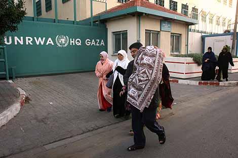 Varias personas pasan ante sede la agencia de la ONU para los refugiados en Gaza. (Foto: AP)