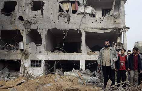Un hombre y varios niños contemplan los daños causados por un bombardeo israelí en Gaza. (Foto: AP)